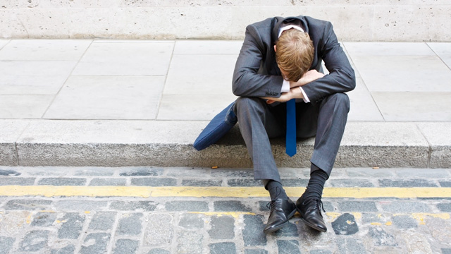 Mann sitzt verzweifelt am Strassenrad   (c) ERF Medien