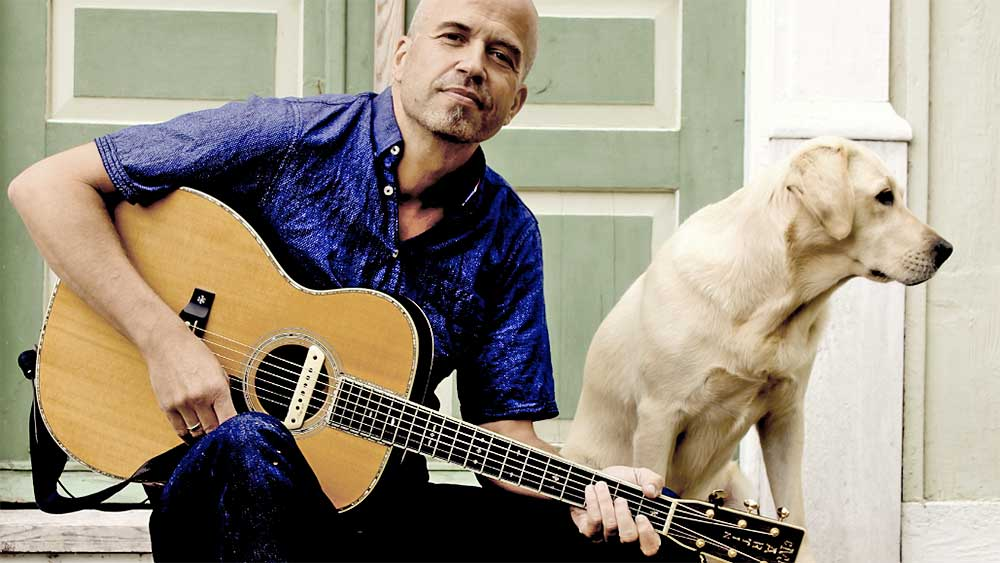 Lothar Kosse mit Gitarre und Hund