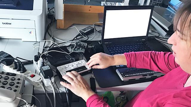 Blindenseelsorgerin Ursula Graf am Arbeitsplatz