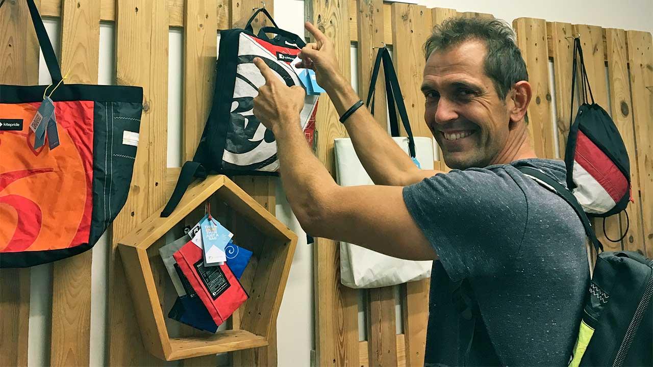 Matthias Oppliger mit Taschen von «kitepride» | ERF Medien