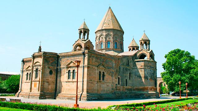 Einer der ältesten Kirchenbauten: Kathedrale von Etschmiadsin in Armenien