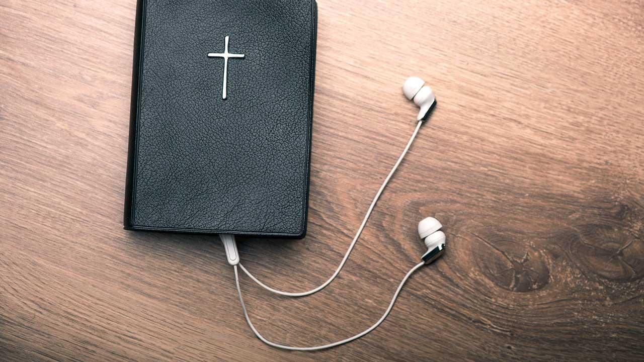 Bibel mit Kopfhörern