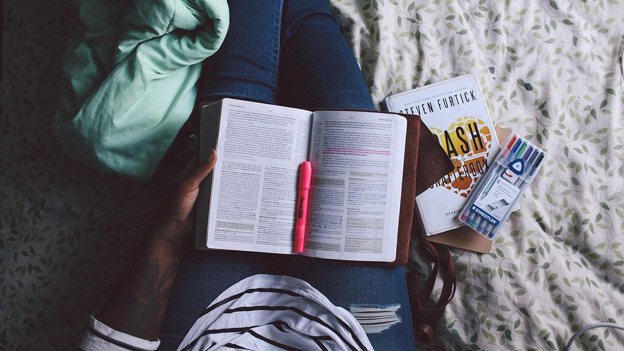 Bibel lesen im Alltag | (c) unsplash, Jazmin Quaynor
