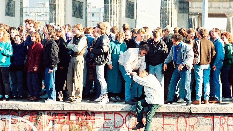 Menschen auf der Berliner Mauer | (c) Sue Ream/Wikipedia