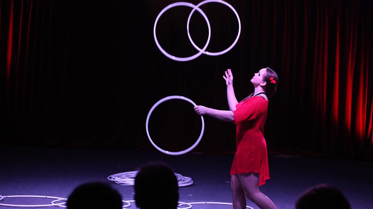 Artistin in einer Zirkusvorstellung
