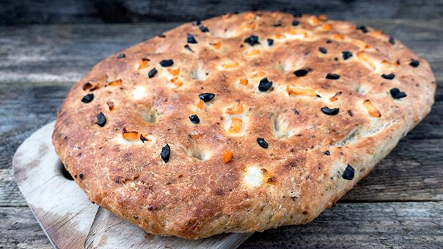 Brot mit schwarzen Oliven und getrockneten Tomaten