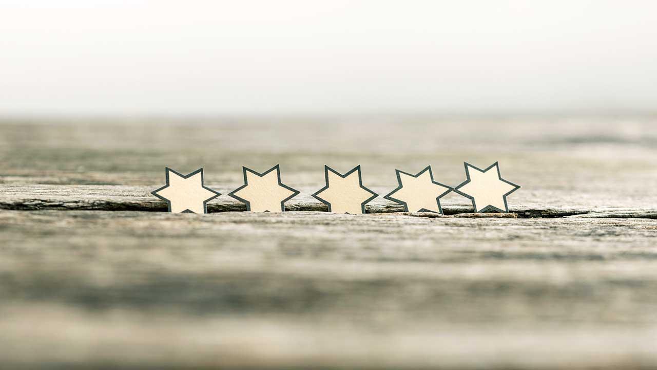 Fünf Sternen in einem Holztisch