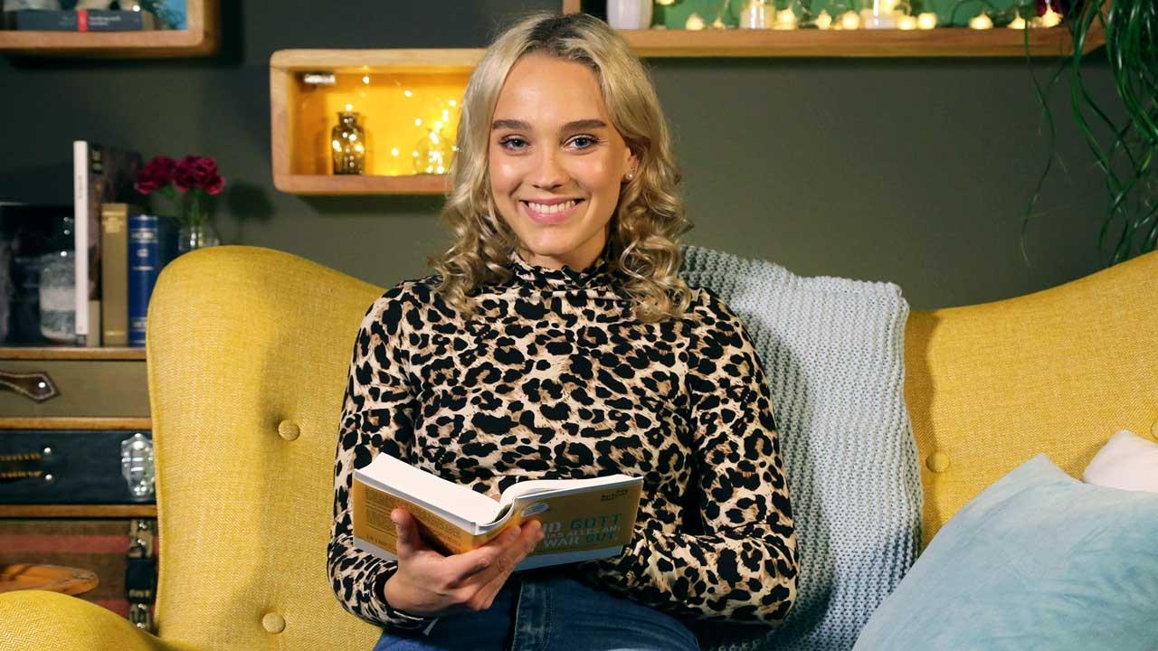 Jana Highholder mit Buch in den Händen