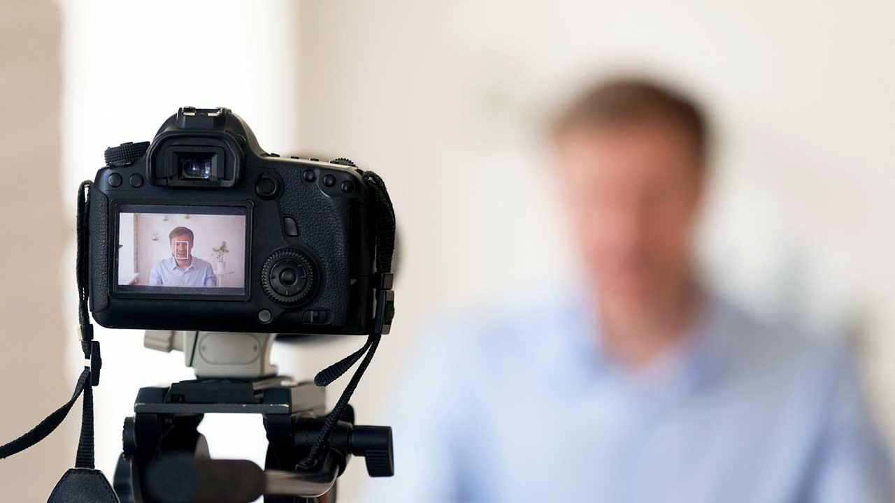 Kamera macht Aufnahmen eines Mannes, beispielsweise eines Bloggers