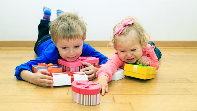 Junge und Mädchen streiten sich um das Päckli