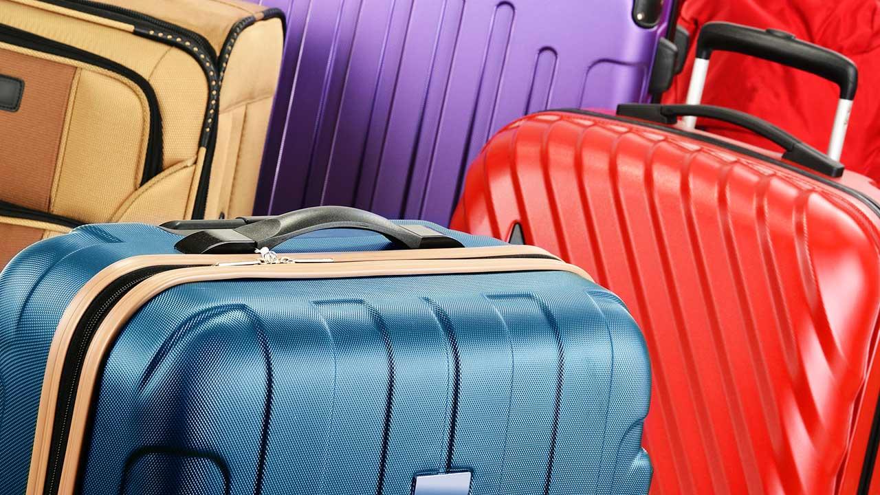 mehrere farbige Koffer