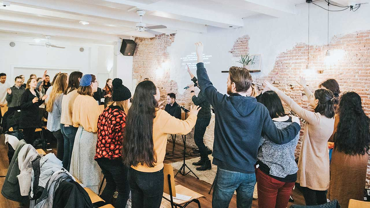 Gottesdienstbesucher in einer Kirche in Amsterdam