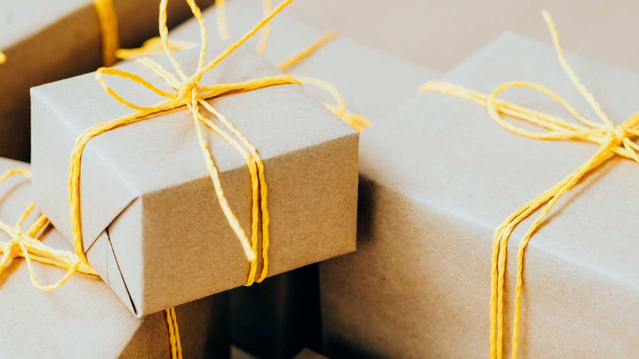 Geschenke in braunem Packpapier und mit gelber Schnur