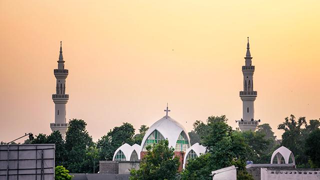 Kirchengebäude zwischen Moscheen in Peshawar, Pakistan
