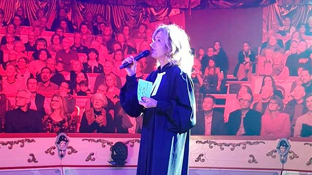 Pfarrerin Katharina Hoby in der Manege des Zirkus Conelli | (c) tpsc.ch