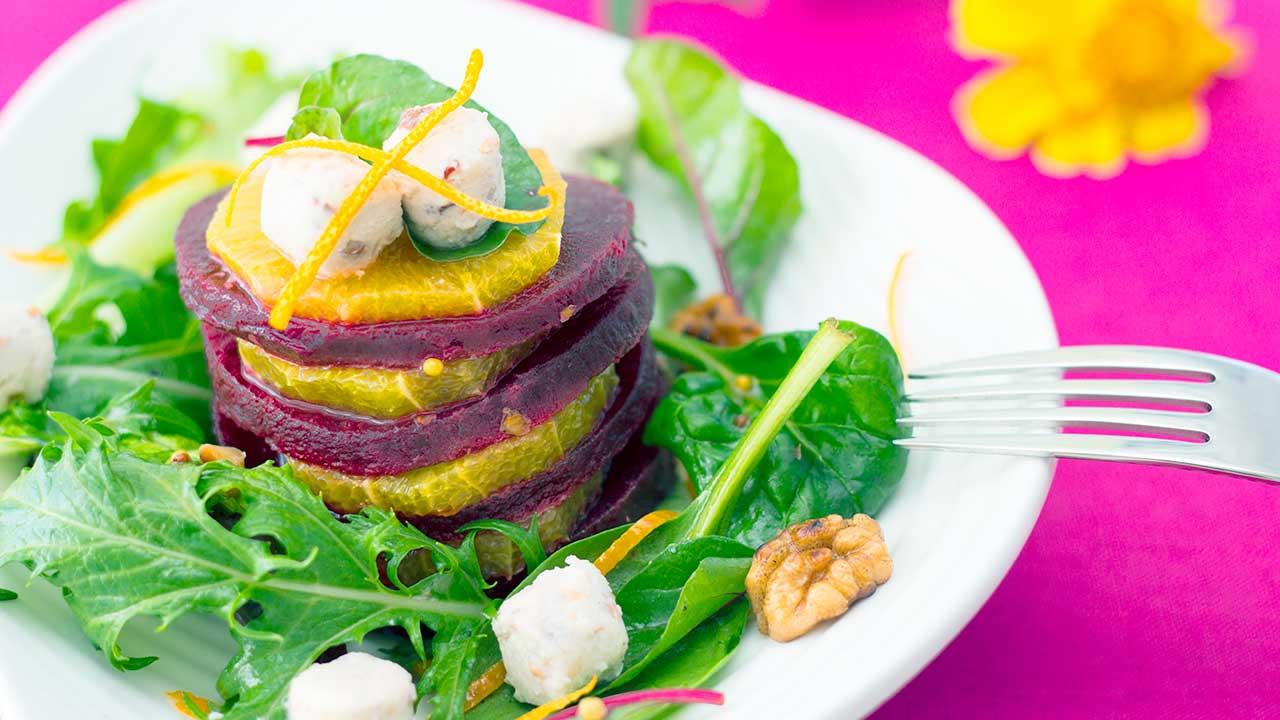 Randen-Orangen-Salat mit Baumnüssen und Käse | (c) 123rf