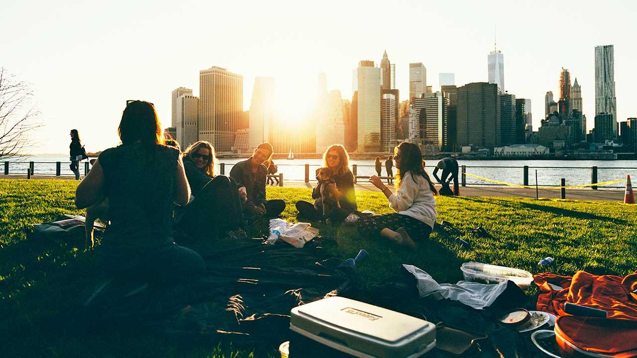 Gruppe von jungen Leuten im Brooklyn Bridge Park, New York