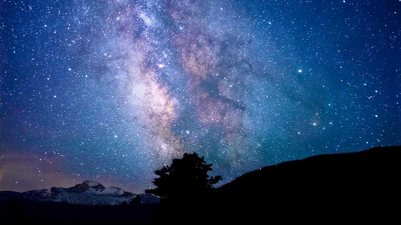 Blick in die unendliche Weite des Sternenhimmels | (c) Jeremy Thomas/Unsplash