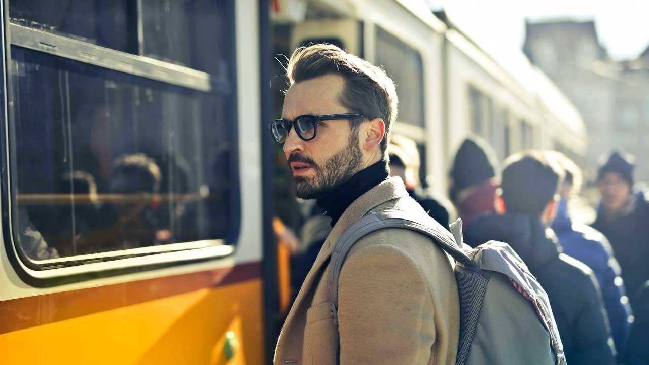 Mann vor einem Tram in Budapest
