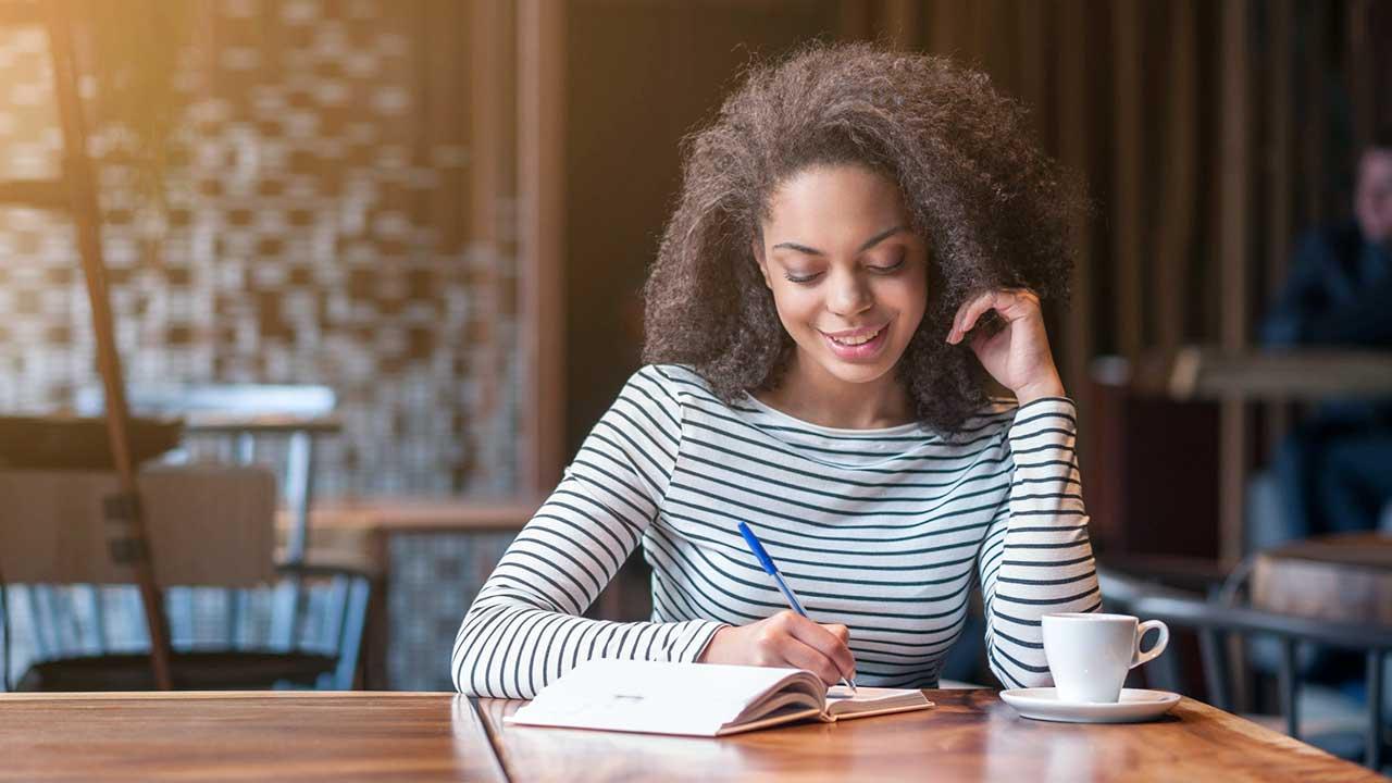 Junge Frau hat Freude am Studieren und Lernen