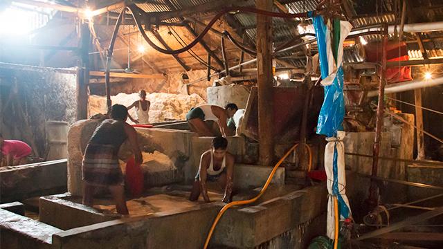 Arbeiter in einer Salzfabrik
