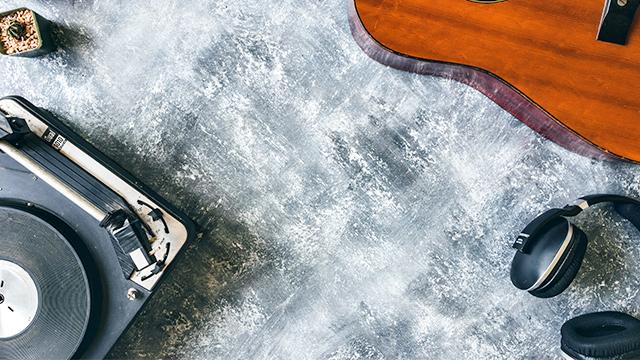 Plattenspieler und Gitarre
