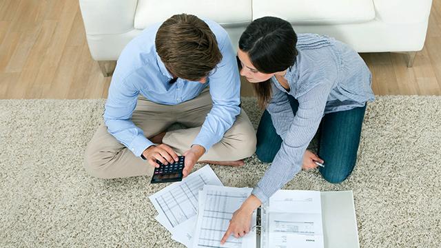 Ehepaar bespricht Finanzen