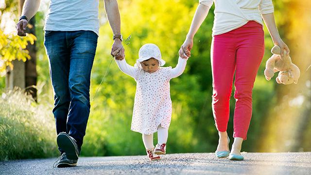 Eltern führen Kind