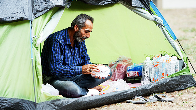 Flüchtling in Zelt