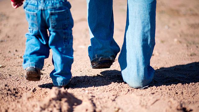Kind und Vater unterwegs