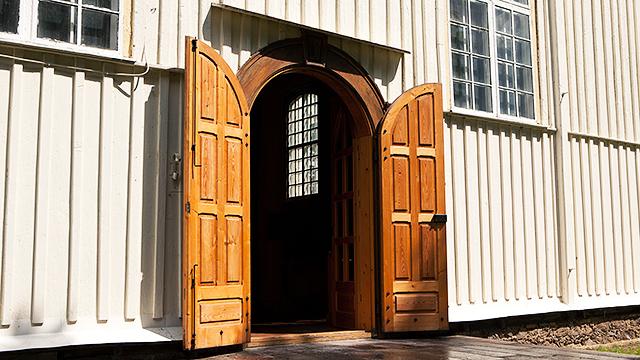 Offene Kirchentür