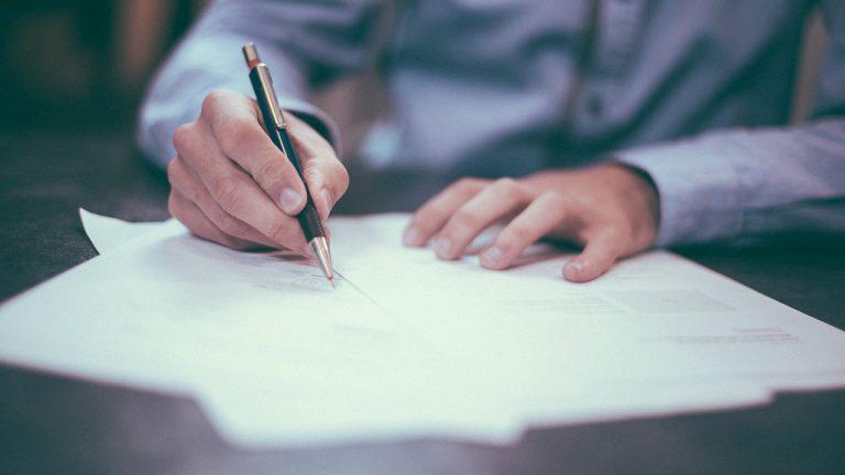 Testament unterschreiben | (c) helloquence, unsplash